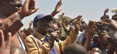 Kidero BADLY embarrassed in front of Raila (video)