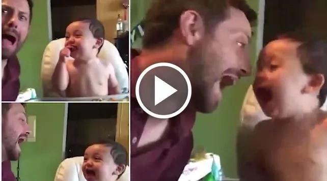 Este padre enseñarle a su bebé una risa malévola