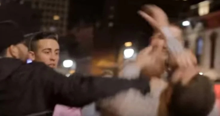 Tejano golpea a dos hombres en HD