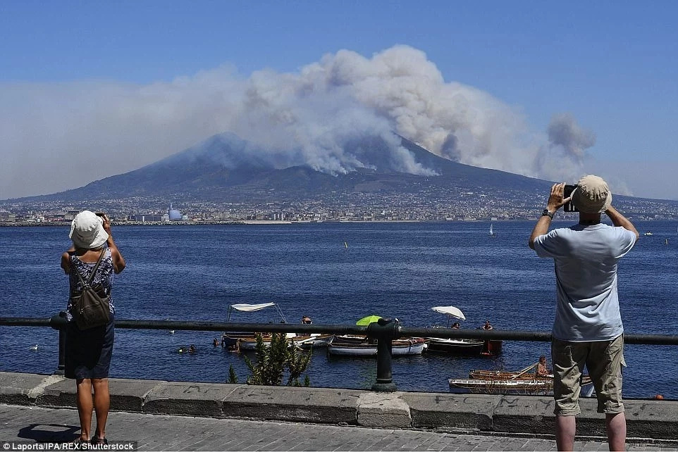 Creepy face appeared over Mt Vesuvius as mysterious fire and smoke engulfed the vicinity