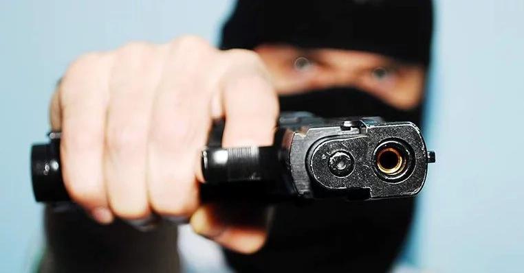 SCARY video of bold gun-wielding thugs stealing fron an M-pesa shop in broad daylight