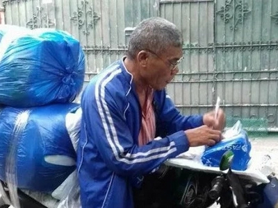 Netizen salutes old Pinoy rider of package courier who always has loads of delivery yet does his job well