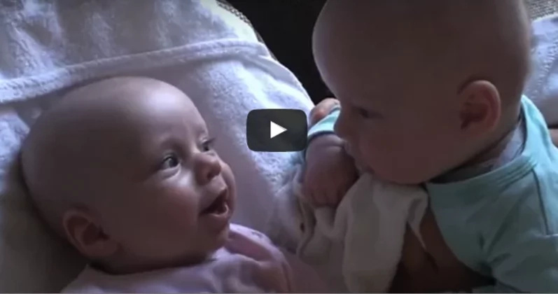 Der Vater schaltet die Kamera ein, zeichnet seine Zwillinge auf, die sich adorable miteinander unterhalten