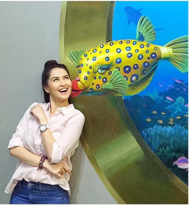 Marian Rivera gamely poses at 3D art museum