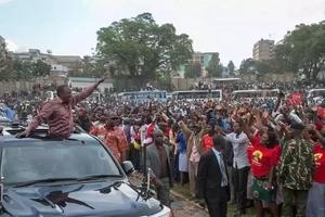 Uhuru huwa na lengo fulani anapolivalia shati hili?
