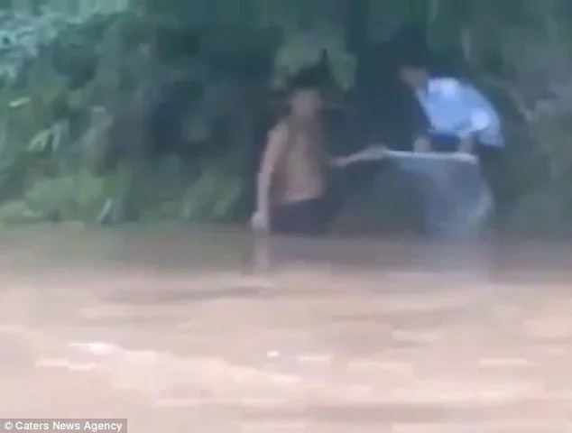 Father put child in plastic to help her cross the river