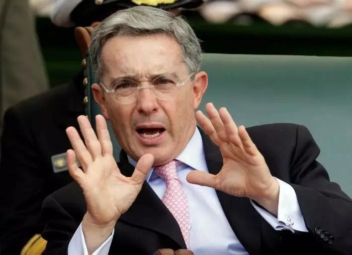 """Amenazan de muerte al joven que le dijo a Uribe: """"Los hijos de los ricos no van a la guerra"""""""