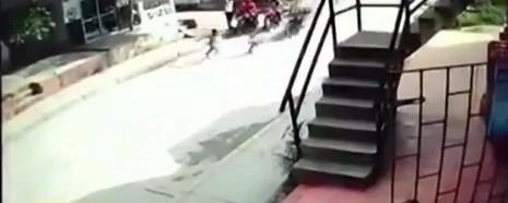 ¡Aterrador! Dos niñas fueron atropelladas por un motociclista