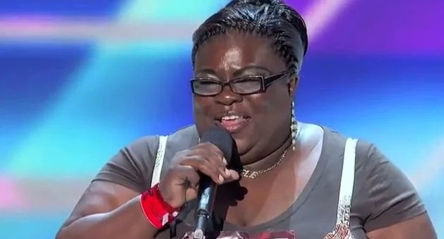 When she stepped onto the stage, everyone laughed at her, then they heard her voice (photos, video)