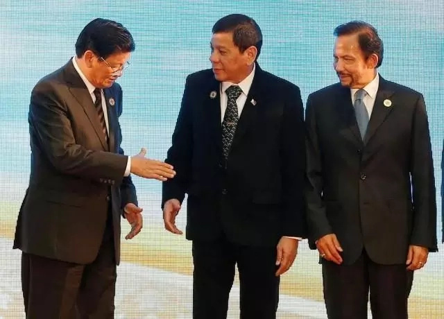 President Duterte wears formal suit on 2nd day of ASEAN