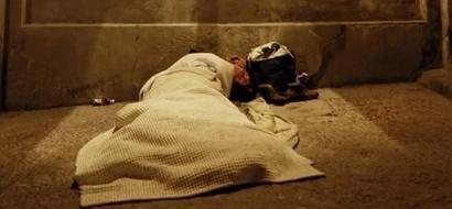 Inhumano: estas personas extremadamente pobres tienen que pagar para que los dejen dormir debajo de un puente