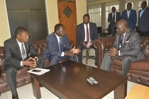 Details of Raila Odinga's secret meeting with IEBC commisioners as Uhuru regions lead in voter registration