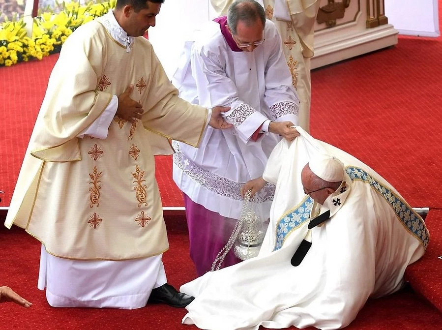 Pope Francis stumbles while on mass service