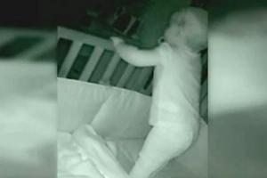Madre escucha una voz en el monitor de su bebé que no reconoce