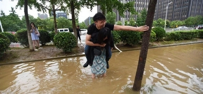 PHOTOS: Cruel guy makes his girlfriend carry him across the flood; his reason will make you mad!