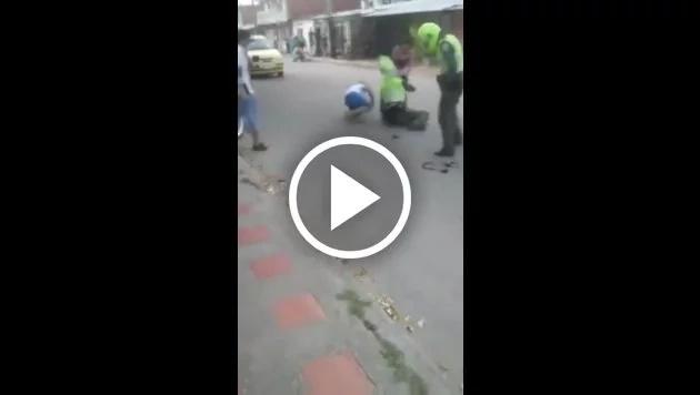 Dos policías fueron humillados por ciudadanos