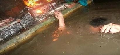 Su casa se inundó pero eso no impidió que ellos hicieran tremenda fiesta bajo el agua
