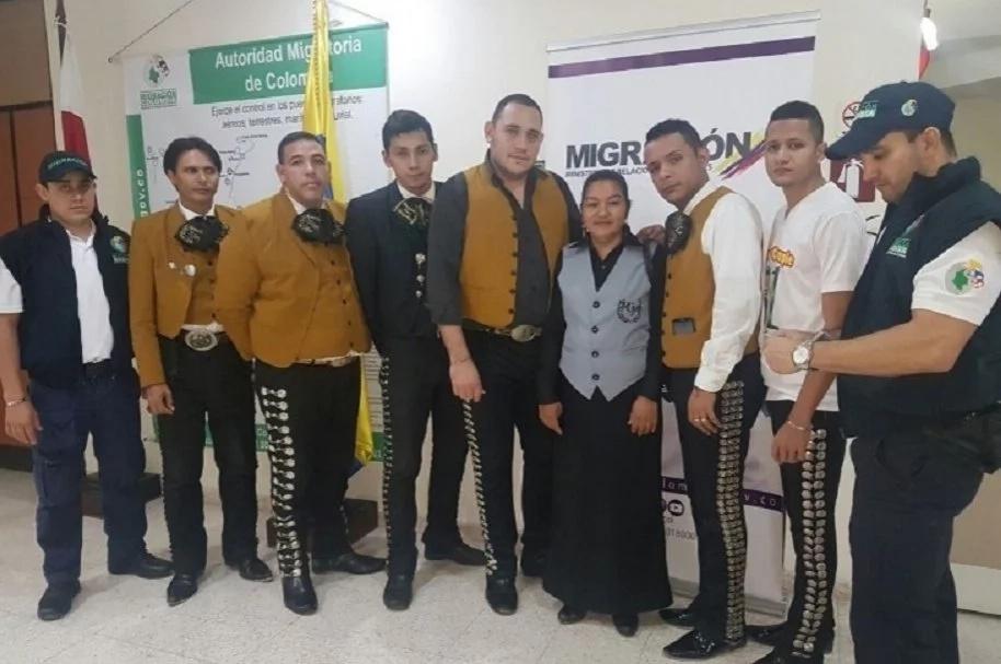 """Los mariachis que cantaban """"Si nos dejan"""" y las autoridades no los dejaron"""