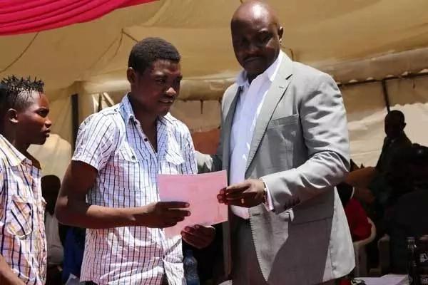 Uhuru surprises Bondo musicians with KSh 1 million gift as he plans to visit Kisumu