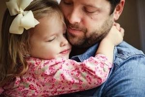 Después de que su esposa falleciera, él reconstruyó viejas fotos de la boda con su hija en memoria de su amada pareja