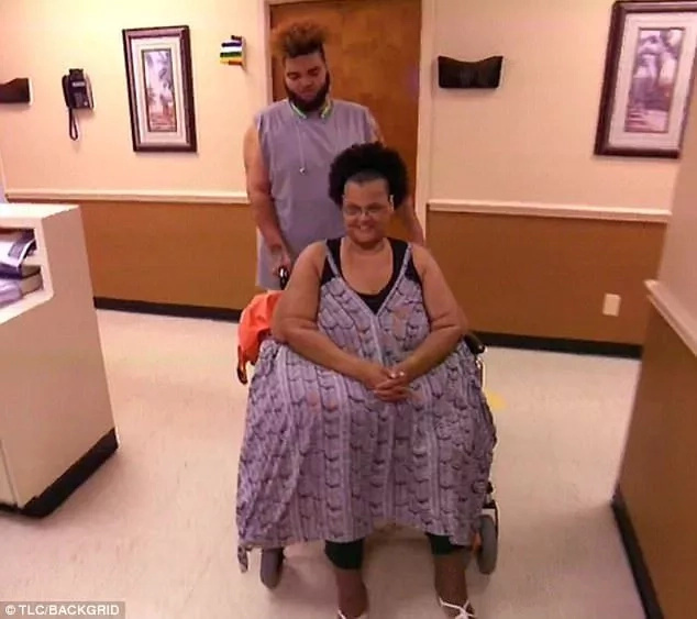 340kg woman whose weight left her bedridden for 2 years learns to walks again