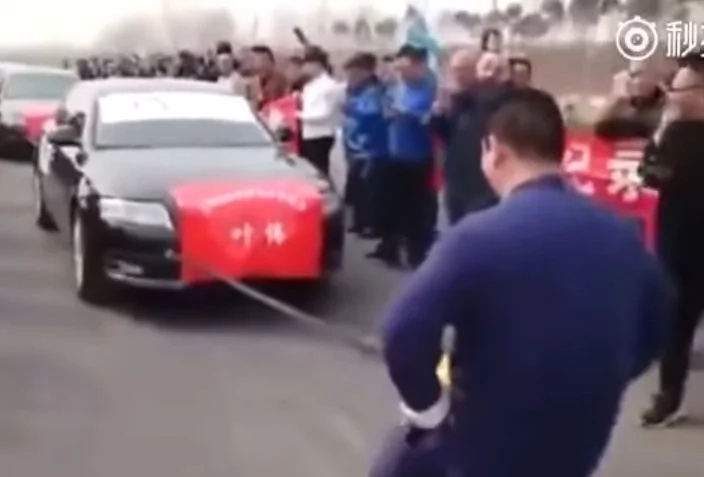 Man pulls SEVEN CARS weighing over 12 tonnes with his crotch (photos, video)