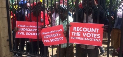 Uhuru's supporters stage protest outside Supreme Court