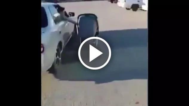 Irresponsable mujer empuja el coche de su bebé mientras maneja el carro