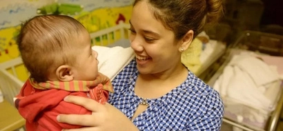 Selfless love! Instead of partying, woman spends her 21st birthday at a homeless shelter for babies (photo)