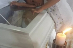 This viral photo of a boy at his mother's funeral will leave you crying