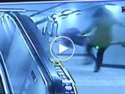 Mamaya na mag-text! Clumsy Chinese woman brutally falls down the stairs while carelessly texting