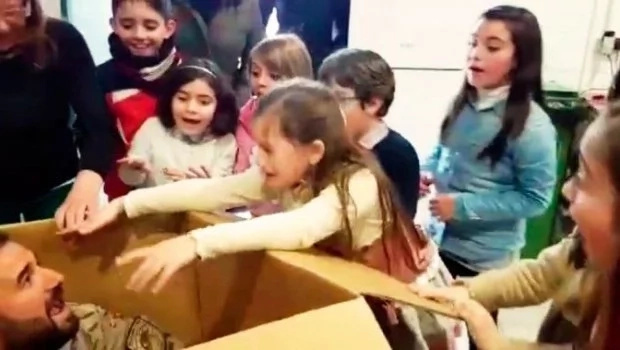 Esta niña recibió una caja de regalos enorme el dia de su cumpleaños cuando la abrió encontró el mejor regalo de su vida