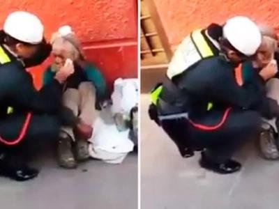 Policía limpia las lágrimas de un anciano mendigo que lloraba en la calle y le da de comer