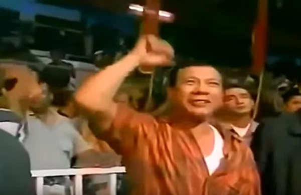Duterte seen cheering for Pacquiao in a 2002 video of his fight