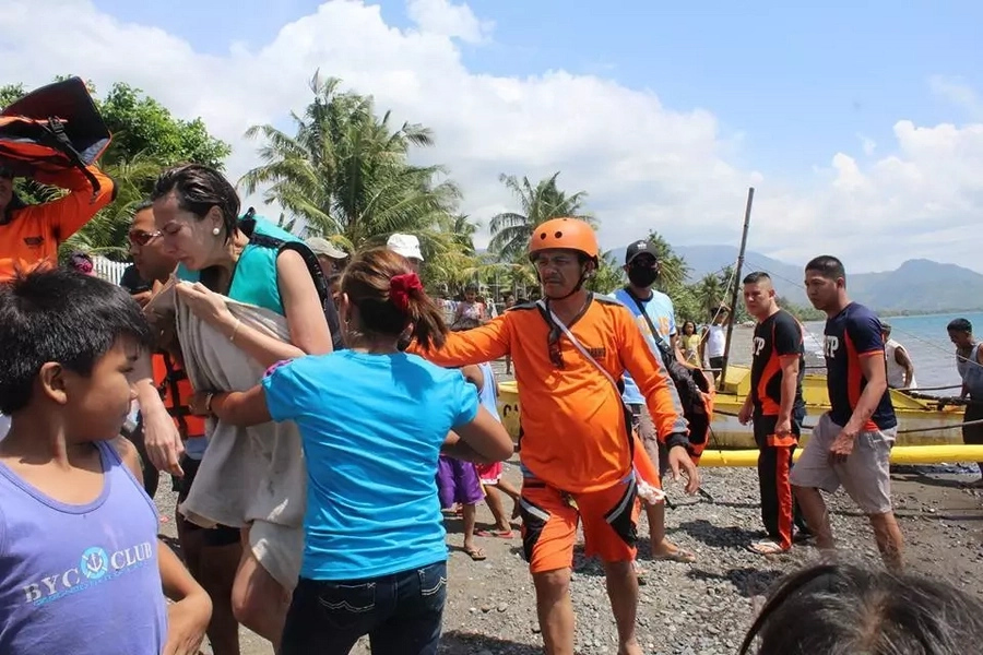Hindi napigilang umiyak! Bianca Manalo gets emotional thanking rescuers from fishing village