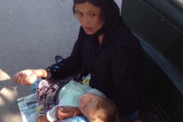 Netizens share a photo of Gypsy beggar with 'sleeping' baby