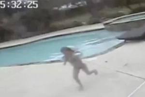 5-year-old girl sees her mother face down in the pool and decides to perform the Feat