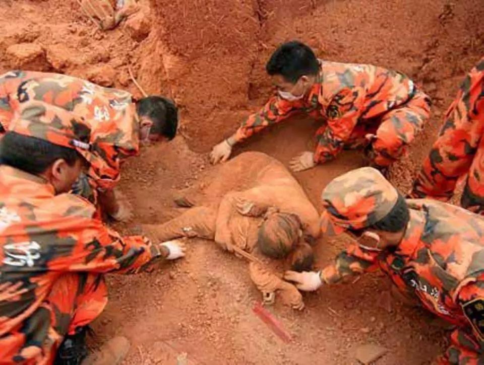 Encontraron un cuerpo enterrado con un mensaje conmovedor