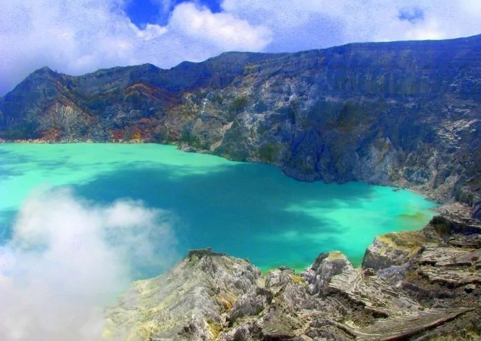 Sulfur mining in Ijen volcano is dangerous to workers' health