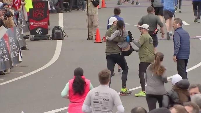 Esta chica se desmayó cuando corría el maratón. De repente, un desconocido corrió hacia ella