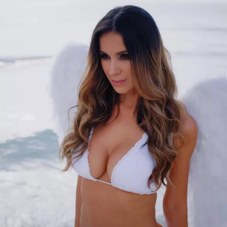 Catherine Siachoque se viste como un sexy ángel