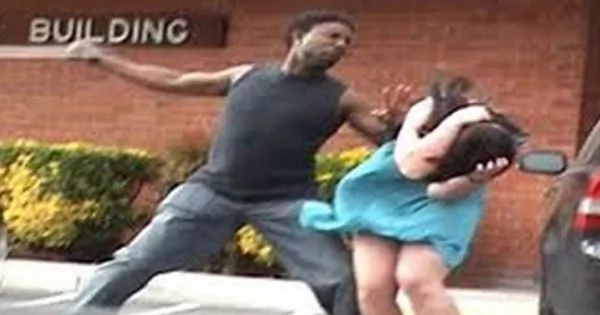 Este hombre golpea a su novia, ¡mira lo que obtiene a cambio!