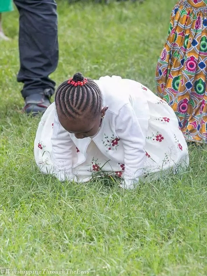 Photos of 5 year-old girl deep in intercessory prayers with mum excites Kenyans online