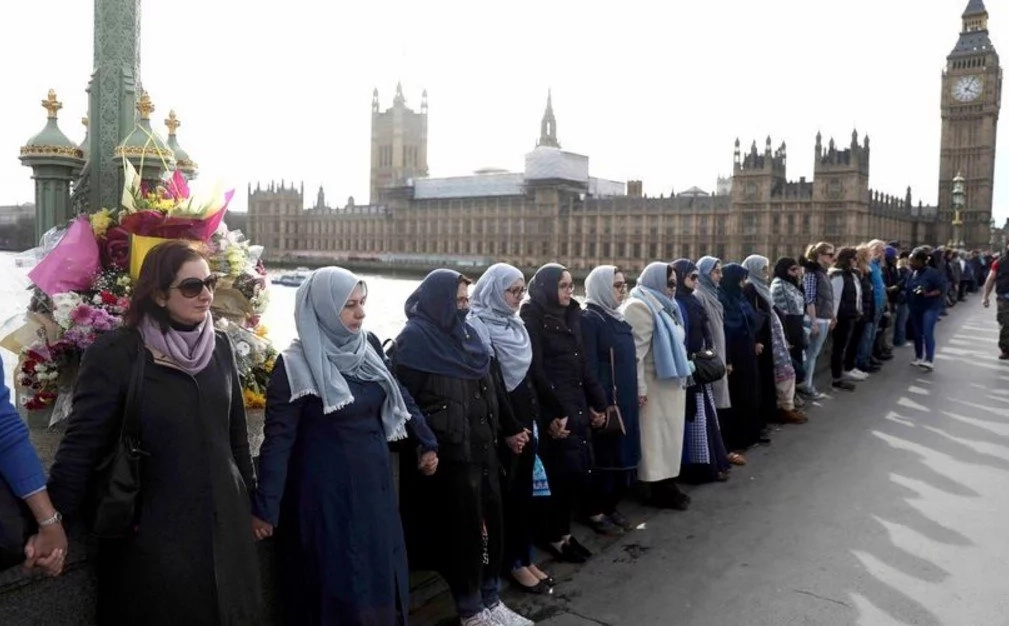 Muslim women honor the victims of the Westminster TERROR attack (photos)