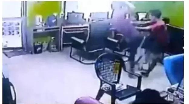 Malaking Ahas nakapasok sa isang Computer Shop!