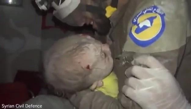 Conmovedor rescate de un bebé de los escombros en Siria