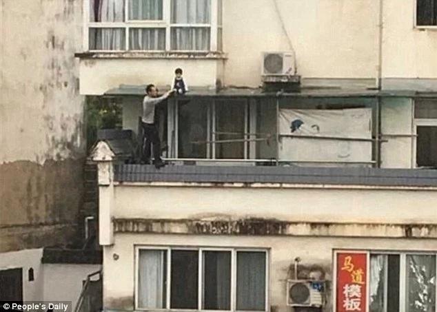 Como todo un héroe este hombre rescató a pequeña colgando en un edificio