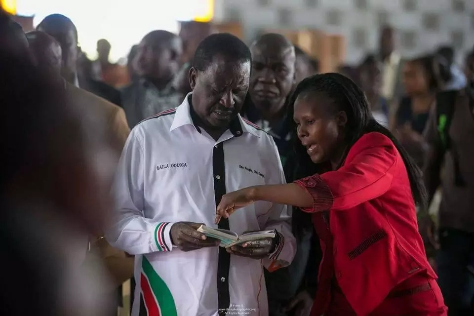 Raila fumbles, has to be helped into finding a hymn in church and its hilarious (photos)