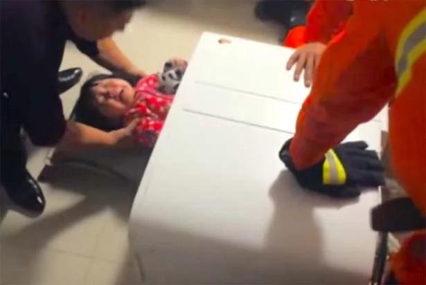 Bomberos rescataron a un niño de dos años atrapado en una lavadora