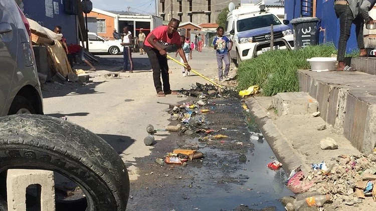 Taxi driver volunteers to keep his own street clean SINGLE-HANDEDLY (photo)